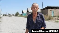Из-за института прописки (регистрации) чаще всего страдают внутренние мигранты. Новостройки вокруг Бишкека. 2011