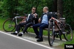 Медведев и Путин после велосипедной прогулки, 11 июня 2011 года
