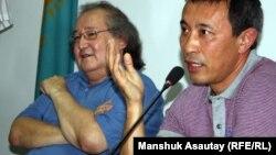 Оппозиционный политик Болат Атабаев (слева) и кинорежиссер Ермек Турсунов. Алматы, 4 июля 2012 года.