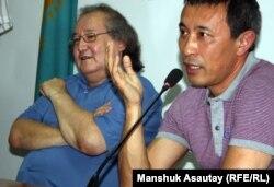 Театральный режиссер Болат Атабаев (слева) и кинорежиссер Ермек Турсынов. Алматы, 4 июля 2012 года.