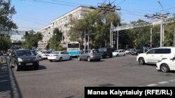 Движение на перекрестке с неработающим светофором в день отключения электроэнергии. Алматы, 15 июля 2019 года.