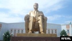 Туркменистан -- Туркменбаши Сапармуратан хIоллам, Ашгабатерчу Юрт-Бахаман Университетана хьалха, 06Мар2009