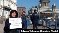 Участник пикета в Петербурге против гомофобных законов, 13 апреля 2016 г.