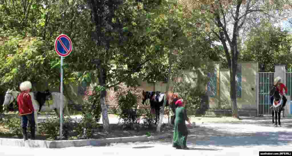 Aşgabadyň 30-njy kiçi etrapçasynyň çägindäki köçelerde atlaryny gezdirip ýören çapyksuwarlar.