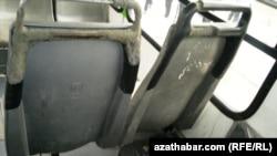 Сиденья одного из автобусов в Ашгабате.