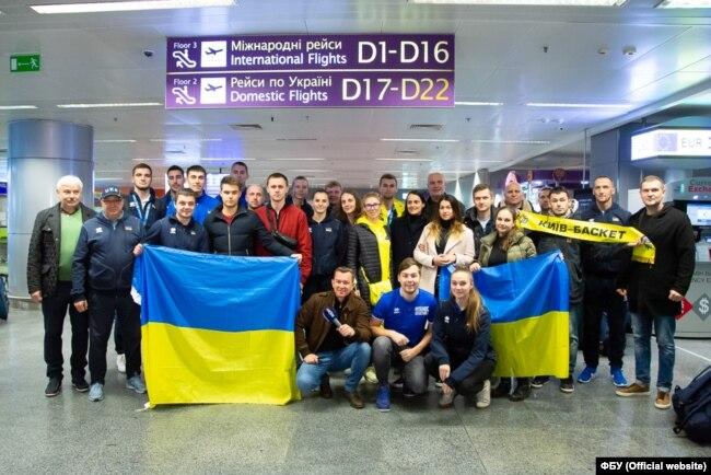 Чоловічу та жіночу збірні України U23 з баскетболу зустріли в аеропорту «Бориспіль»