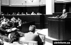 Зал засідань Верховної Ради під час ухвалення Декларації про державний суверенітет України. Виступає голова Ради Міністрів УРСР Віталій Масол. Київ, 16 липня 1990 року
