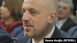 Мілана Радоїчича сербські ЗМІ називають лідером партії «Сербський список», що тісно співпрацює з владою в Белграді й виконує її накази