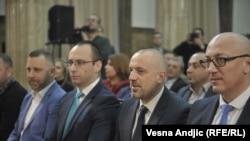 Milan Radoičić (drugi s desna na fotografiji), nalazi se u Srbiji