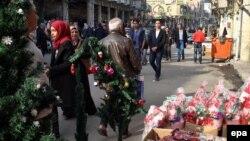 Бағдад тұрғындары Рождествоны атап өтіп жатыр. Ирак, желтоқсан 2015 жыл.