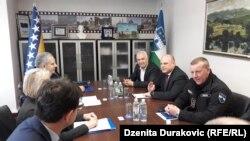 Ministar Fahrudin Radončić (lijevo, gore) na sastanku sa predstavnicima vlasti u Unsko-sanskom kantonu, Bihać