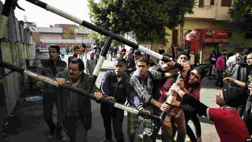 Демонстранти намагаються зіштовхнути ці блоки, 11 грудня 2012 року