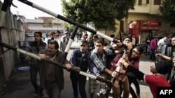 محتجون مصريون يحاولون رفع حاجز معدني قرب المجمع الرئاسي في القاهرة