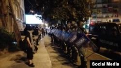 Forcat speciale të policisë së Maqedonisë në hapësirat e Parlamentit Studentor.