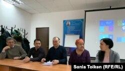 Гульбараш Жолмухамбетова (вторая справа), мать активиста Дулата Агадила, погибшего при загадочных обстоятельствах в следственной тюрьме менее чем через день после задержания сотрудниками в штатском вечером 24 февраля. Нур-Султан, 10 марта 2020 года.