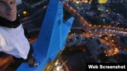 Руфер Mustang на розфарбованій зірці висотки в Москві, фото Facebook