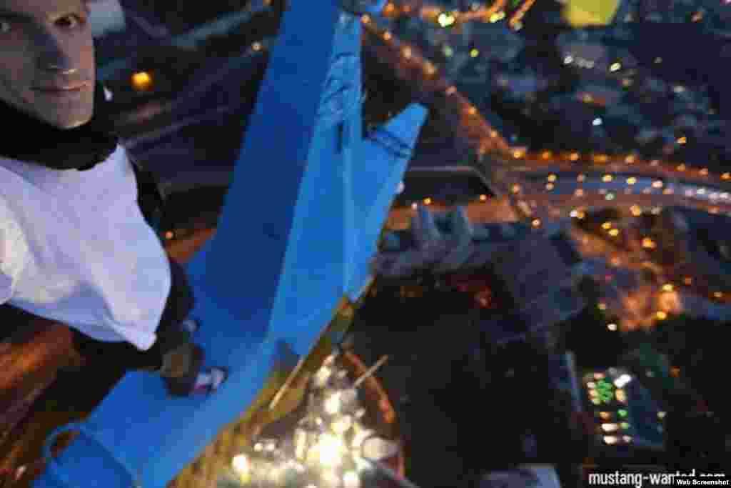 Фотография украинского руфера Мустанга, утверждающего, что именно он раскрасил в цвета украинского флага высотку в Москве