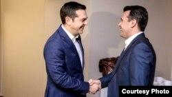 Премиерите на Грција и на Македонија, Алексис Ципрас и Зоран Заев се сретнаа на Светскиот економски форум во Давос