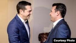 Ципрас и Заев разговарале телефонски откако шефовите на дипломатиите на Грција и Македонија синоќа поставиле рамка за компромис