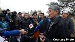 Алмазбек Атамбаев выступает перед журналистами на субботнике.