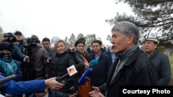 Атамбаев журналисттер алдында Улан Исраиловду таза иштей турган кадр катары сыпаттады.