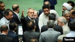 نام مسعود پزشکیان، نایب رئیس مجلس، که دست خود را بالا گرفته است در جریان استیضاح وزیر کار مطرح شد.