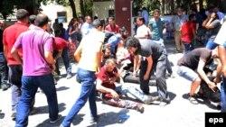 Люди допомагають пораненим внаслідок вибуху, Суруч, 20 липня 2015 року