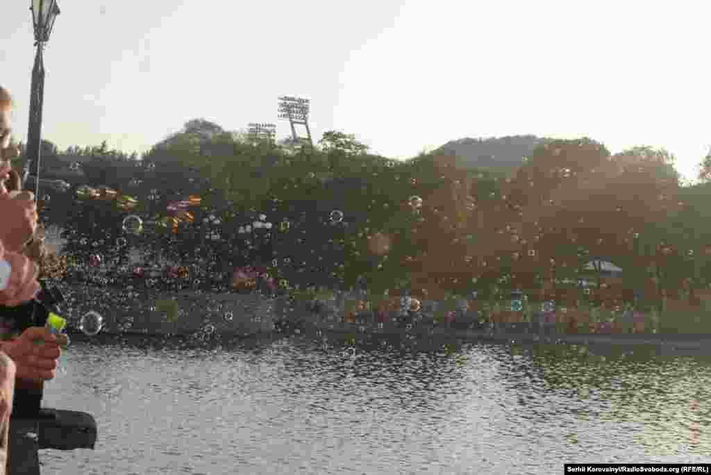 У День захисту дітей (1 червня) донеччани приходили в парк Щербакова і влаштовували такий от масштабний флешмоб (фото – Анна Манухіна). Новим домом багатьох із них став Київ