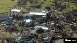 Одно из поселений на Фиджи, разрушенное в результате циклона, 21 февраля 2016 года