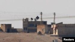 """Черный флаг группировки """"Исламское государство"""" над городом Кобани"""