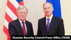 Помощник президента США по национальной безопасности Джон Болтон (слева) на встрече с секретарем Совета безопасности России Николаем Патрушевым. Москва, 22 октября 2018 года.