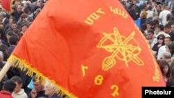 Флаг «Дашнакцтуюн» во время митинга партии