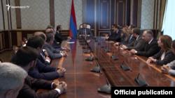Премьер-министр Армении Никол Пашинян провел совещание с новым кабмином, 13 мая 2018 г.