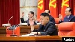 "Demirgazyk Koreýanyň lideri Kim Ýong-un ""Işçiler partiýasynyň"" Merkezi Komitetiniň maslahatynda, Phenýan, 31-nji mart, 2013."