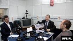 Борис Немцов, Сергей Обухов и Михаил Соколов в студии Радио Свобода