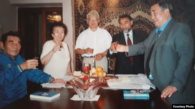 Кәрішал Асановтың (оң жақта) бұрынғы премьер-министр Әкежан Қажыгелдиннің әке-шешесіне барған кезі. Семей, 2002 жылдың қыркүйегі. Отбасы архивінен алынған фотосурет.