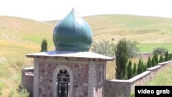 В прилегающем к столице районе Турсунзаде можно увидеть сотни неопознанных могил времен гражданской войны