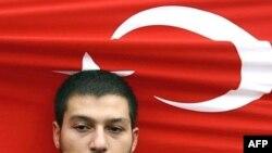 Ультра-националист держит национальный флаг Турции во время акции против Рабочей партии Курдистана. Стамбул, 21 октября 2007 года.