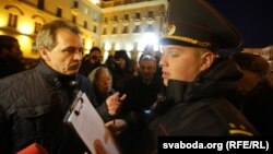 Міліцыянт складае пратакол на Анатоля Лябедзку пдчас акцыі каля КДБ