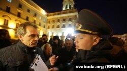 Анатоль Лябедзька на акцыі памяці ахвяраў сталінскіх рэпрэсій каля будынка КДБ