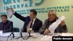 Сергей Веремеенко һәм Рәлиф Сафин ялган бюллетеньнәрне күрсәтә. Сулда - Айрат Дилмөхәммәтов