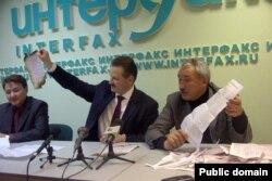 Кандидаты в президенты РБ Сергей Веремеенко и Ралиф Сафин предъявляют фальшивые бюллетени