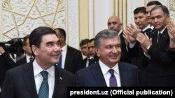 Türkmenistanyň we Öbegistanyň prezidentleri Şawkat Mirziýaýew (s) we Gurbanguly Berdimuhamedow (ç), Horezm, aprel, 2018