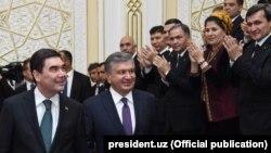 Президент Узбекистана Шавкат Мирзияев (справа) и президент Туркменистана Гурбангулы Бердымухамедов (слева) во время встречи в Хорезме, апрель, 2018.