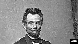 Presidenti i dikurshëm amerikan Abraham Lincoln