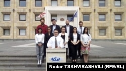 Группа студентов и потенциальных первокурсников вуза сегодня провела очередную акцию протеста у здания правительственной канцелярии