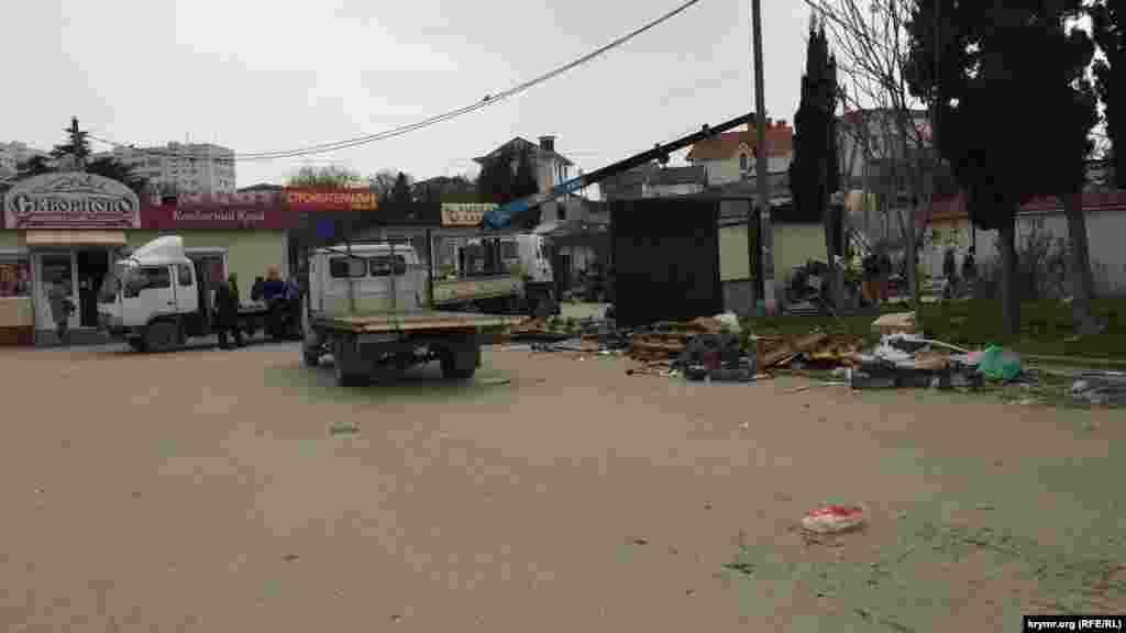 Кіоски з площі вивозили на евакуаторах