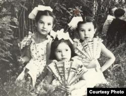 Юные сестры Накипбековы: Элеонора (слева), Эльвира (в центре) и Альфия (справа). Из семейного альбома.