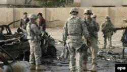 جنود اميركان في موقع انفجار سيارة مفخخة