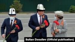 Жумабеков, Жээнбеков жана Отунбаева.